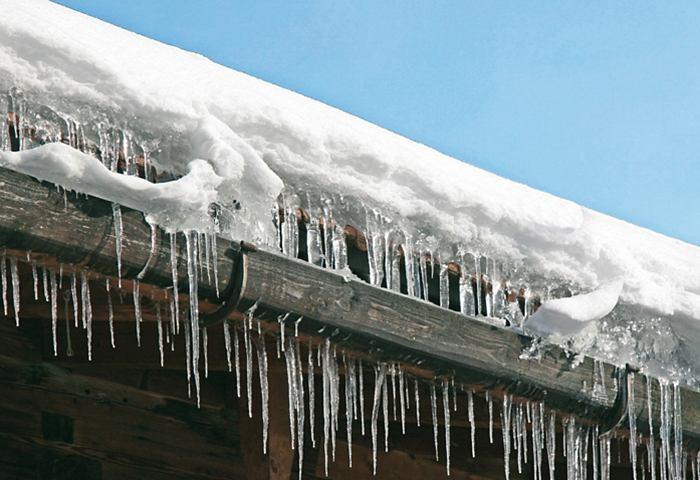 Уборка снега с кровли в зимний период