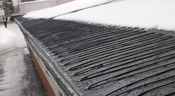 Работе по уборке снега на крышах